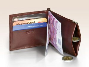 Otvorená peňaženka s viditeľnou 500 eurovou bankovkou