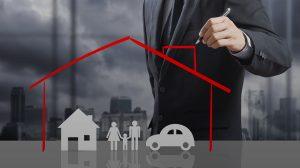 Kresba rodiny s autom a domom v červenom imaginárnom domčeku